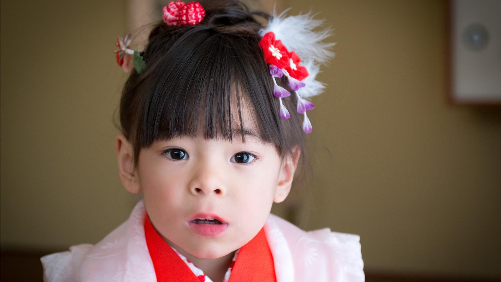 The stare, Shichi Go San Photography in Los Angele, 3 years old girl in red kimono, Japanese children's growth celebration, 753, Kodomo no Ie San Gabriel Pasadena, Kimono no Kobeya,
