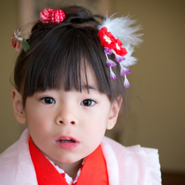 The stare, Shichi Go San Photography in Los Angele, 3 years old girl in red kimono, Japanese children's growth celebration, 753, Kodomo no Ie San Gabriel Pasadena, Kimono no Kobeya,